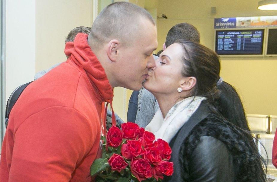Ugniagesius Vilniaus oro uoste pasitiko žmonos ir vaikai