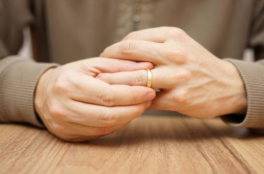 Vyras nusiima žiedą