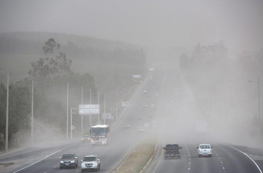 Pelenų debesis ant kelio Ekvadore
