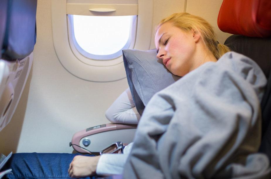 Mergina lėktuve