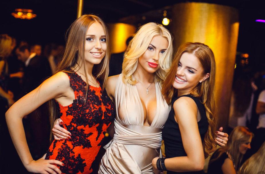 Viktorija Staponaitė (viduryje) su bičiulėmis