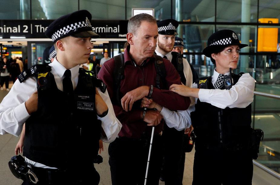 Pareigūnai Hitrou oro uoste suima pareigūną Jamesą Browną