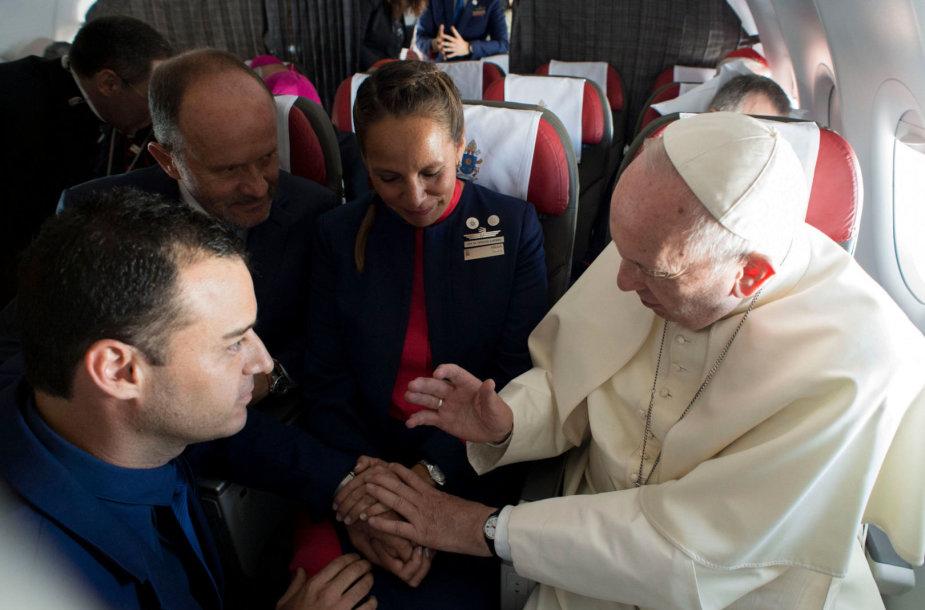 Popiežius Pranciškus savo lėktuve sutuokė oro linijų darbuotojų porą