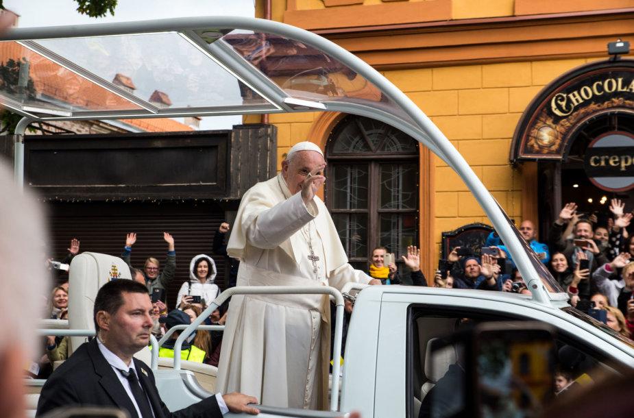 Popiežius palydimas nuo Kauno arkivyskupijos kurijos iki Katedros