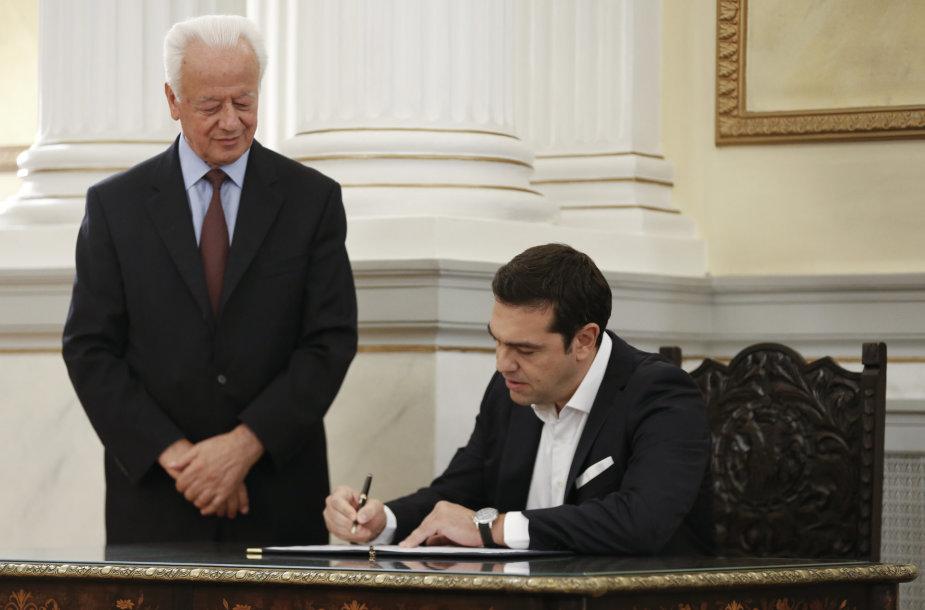 Aleksis Cipras pasirašo paskyrimo ministru pirmininku dokumentus.