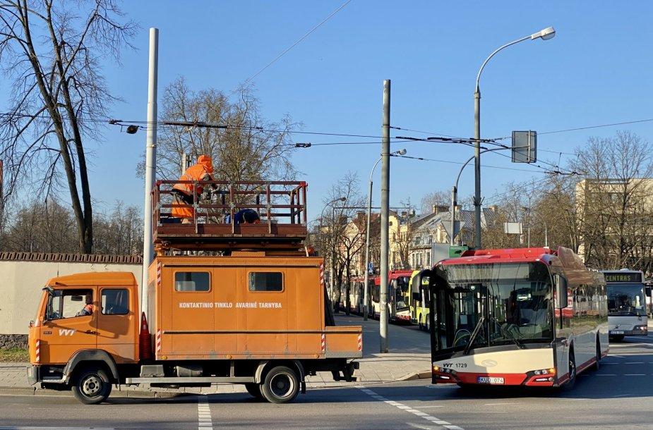 Prie Baltojo tilto dėl nutrūkusio laido sustojo troleibusų eismas