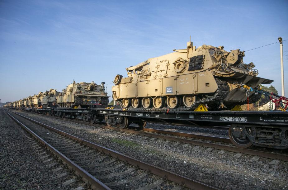 Į Pabradės geležinkelio stotį atvyko JAV bataliono sunkioji technika