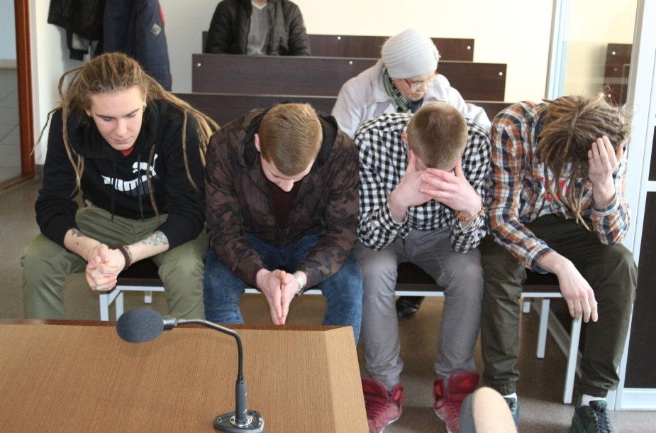 Keturi jaunuoliai, terlioję Klaipėdoje daugiabučius, mokyklas, įvairias įstaigas, išvengė teistumo.