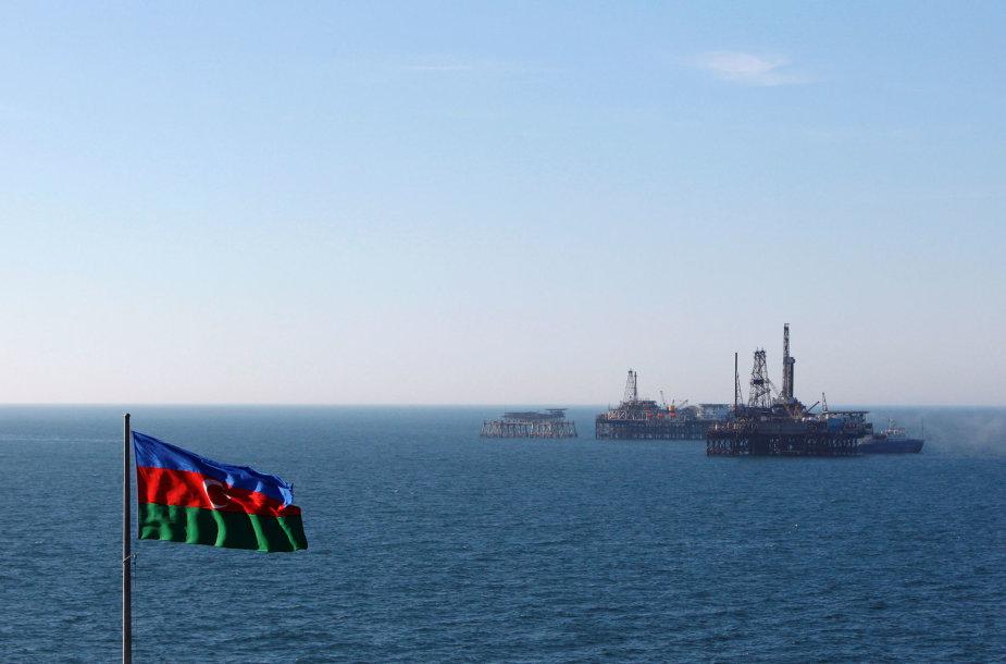 Azerbaidžano naftos gavybos platformos Kaspijos jūroje