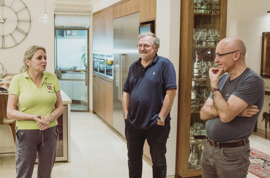 Karmela Nechmadaitė-Sternberg su vyru (dešinėje) savo namuose Izraelyje