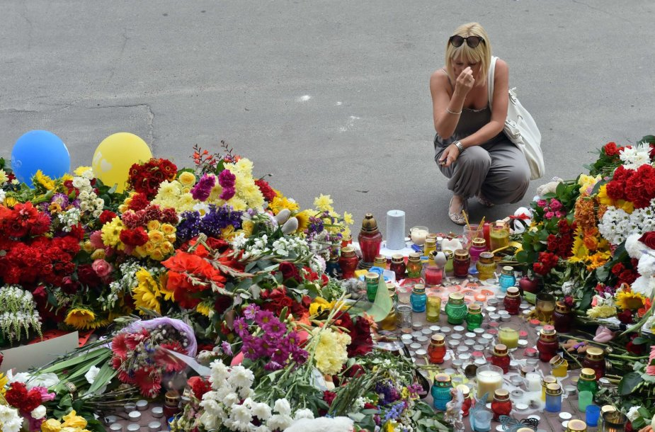 Gėlės nešamos prie Nyderlandų ambasados Kijeve