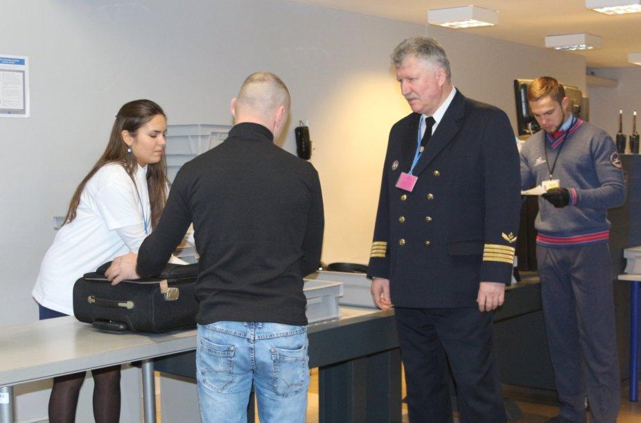Kapitonas Evaldas Zacharevičius antradienį pakeitė darbo vietą ir į skrydį išlydėjo Palangos oro uosto keleivius.