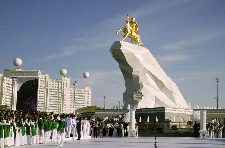 Auksinė statula Turkmėnijos prezidentui