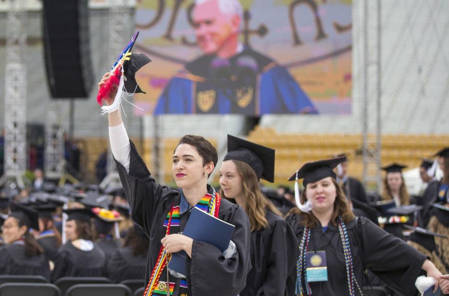 Kelios dešimtys katalikiško Notrdamo universiteto JAV Indianos valstijoje studentų nusprendė nesiklausyti šalies viceprezidento Mike'o Pence'o sveikinimo ir demonstratyviai išėjo iš stadiono