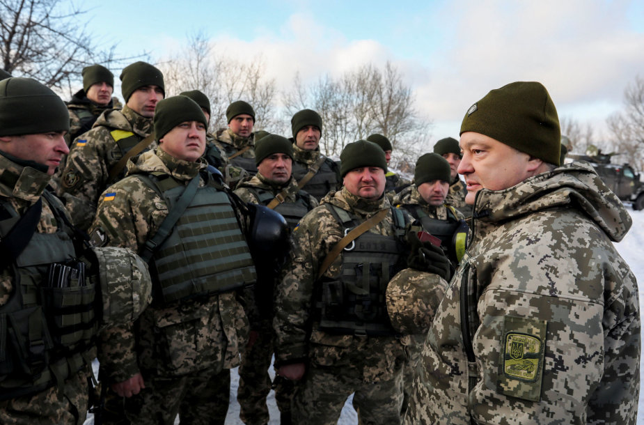 Petro Porošenka susitiko su Ukrainos kariais fronte