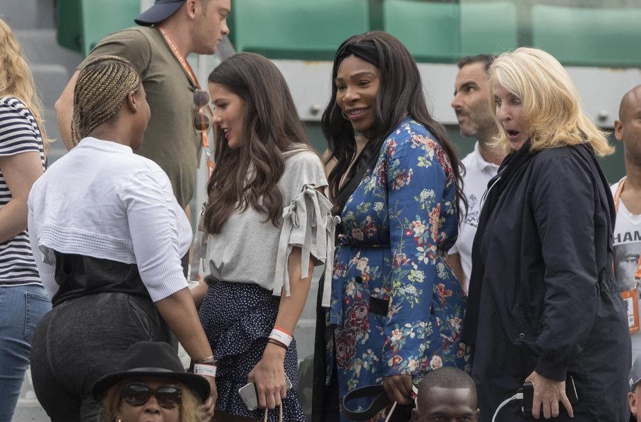 """Besilaukianti Serena Williams stebi """"Roland Garros"""" čempionatą"""