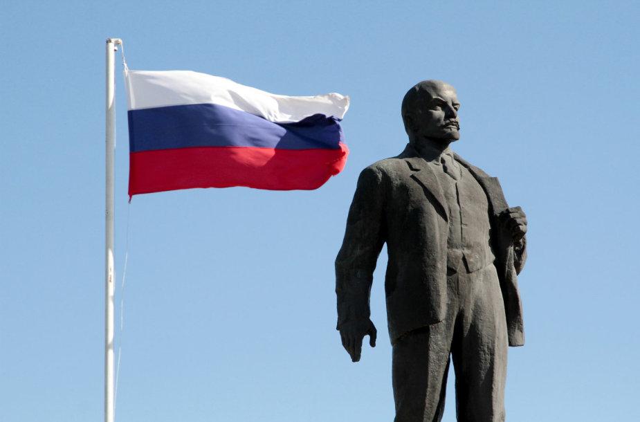 Rusijos vėliava šalia monumento Leninui Kryme