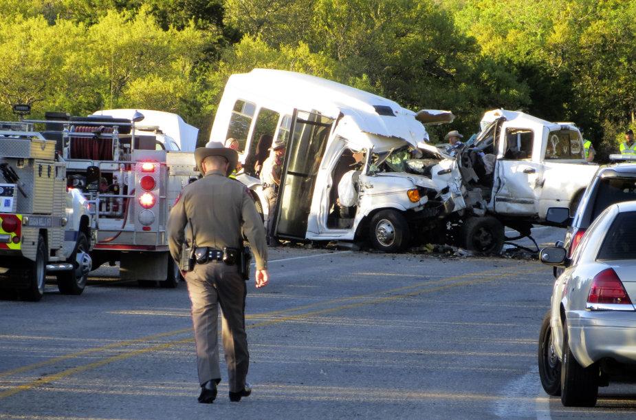 Teksase susidūrė bažnyčios autobusas ir sunkvežimis