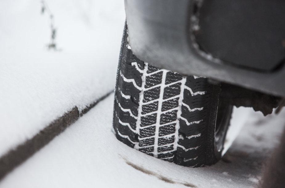 Sniegas Vilniaus vairuotojus privertė važinėti atsargiau
