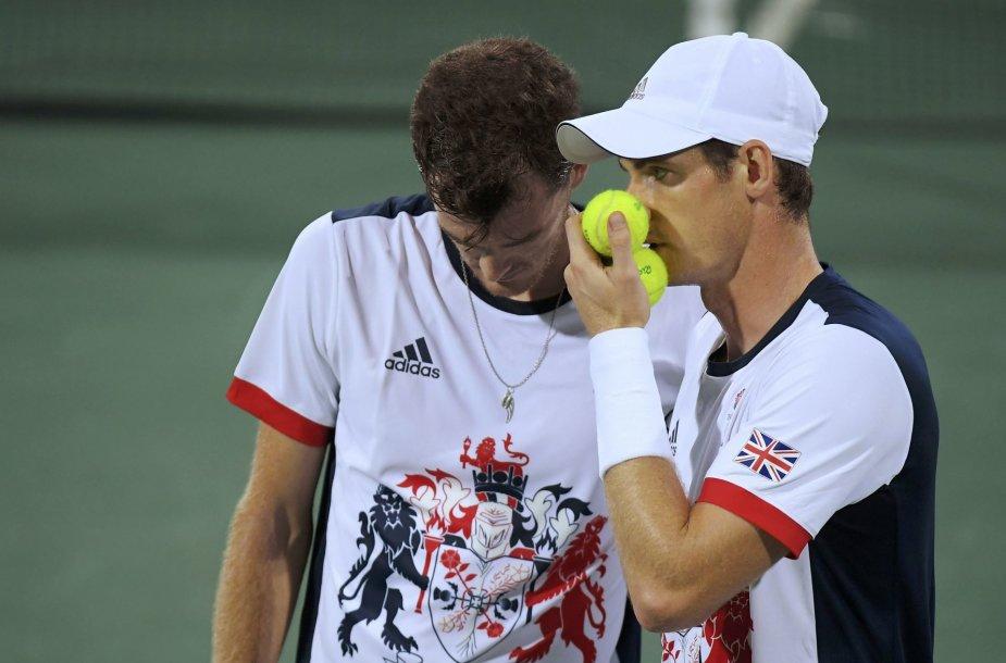 Broliai Murray pirmame olimpiados etape krito prieš Thomazą Bellucį ir Andre Sa
