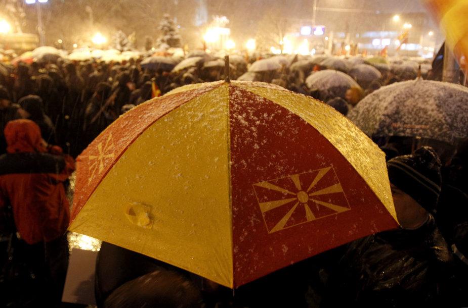 Makedonijos sostinėje tūkstančiai žmonių protestavo prieš planus keisti šalies pavadinimą