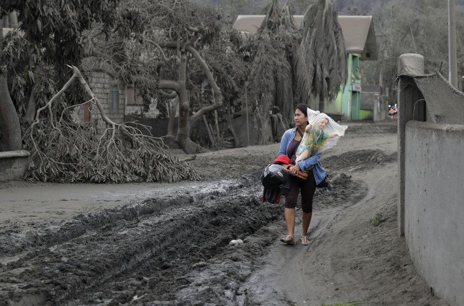Taalo ugnikalnio apylinkės padengtos pelenais