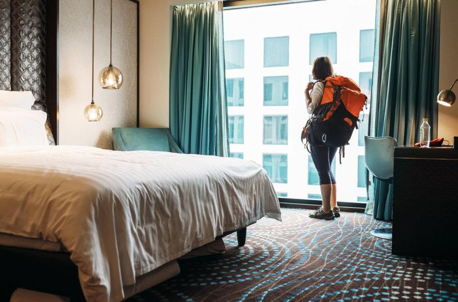 Mergina viešbutyje