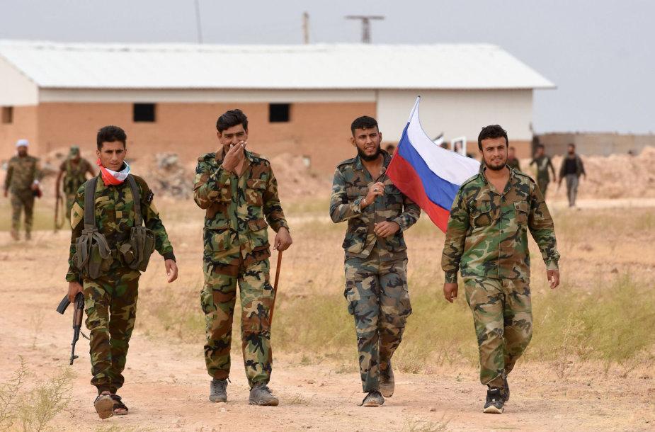 Sirijos režimo kariai nešasi Rusijos vėliavą