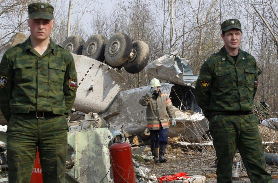 Rusijos pareigūnai Smolenske įvykusios katastrofos vietoje.