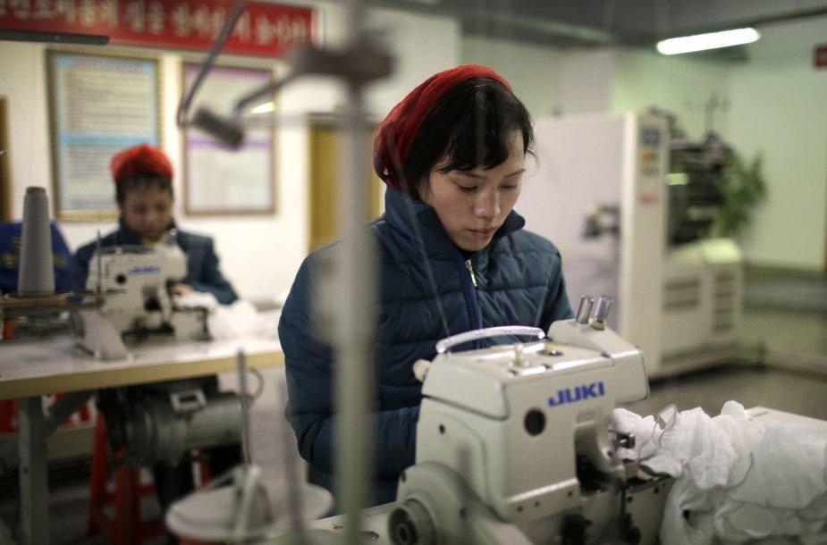 Šiaurės Korėjos gamyklų darbuotojai gavo užduotį – pakelti šalies ekonomiką per 2017 metus