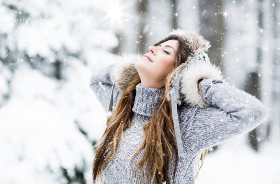 Mergina džiaugiasi žiema.