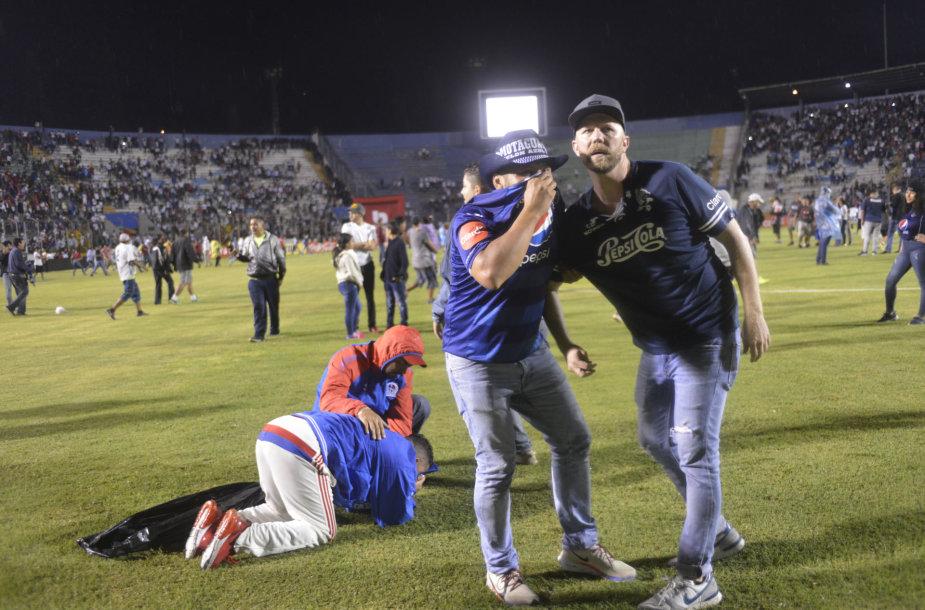 Hondūre – keturias gyvybes nusinešusios futbolo sirgalių riaušės
