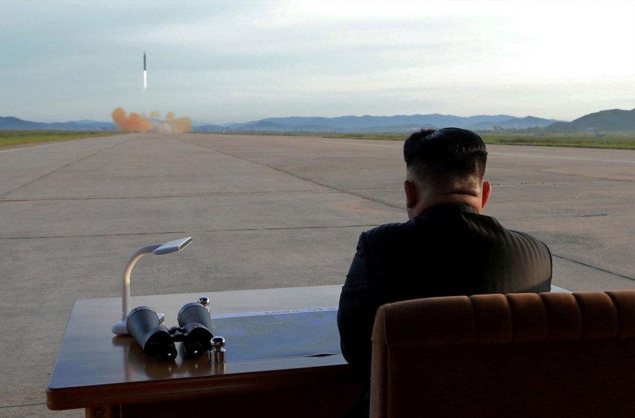 Šiaurės Korėjos lyderis Kim Jong Unas stebi raketos paleidimą