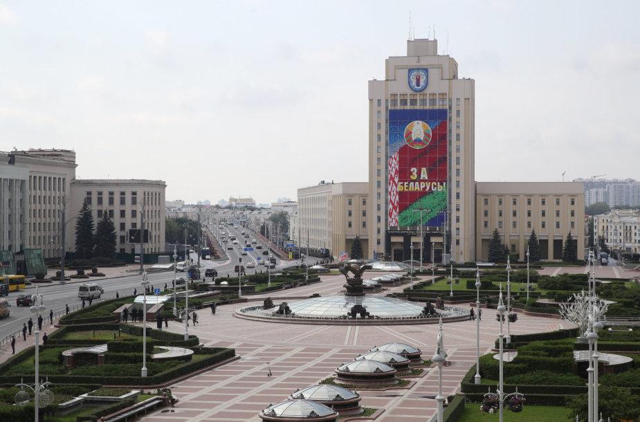 """Tūkstančiai protestuotojų Baltarusijoje """"sveikina"""" A.Lukašenką su gimtadieniu: pranešta apie pirmus sulaikymus"""