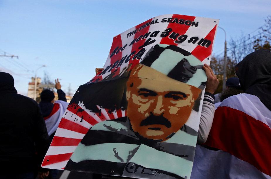 Protestuotojai laiko Aliaksandro Lukašenkos atvaizdą