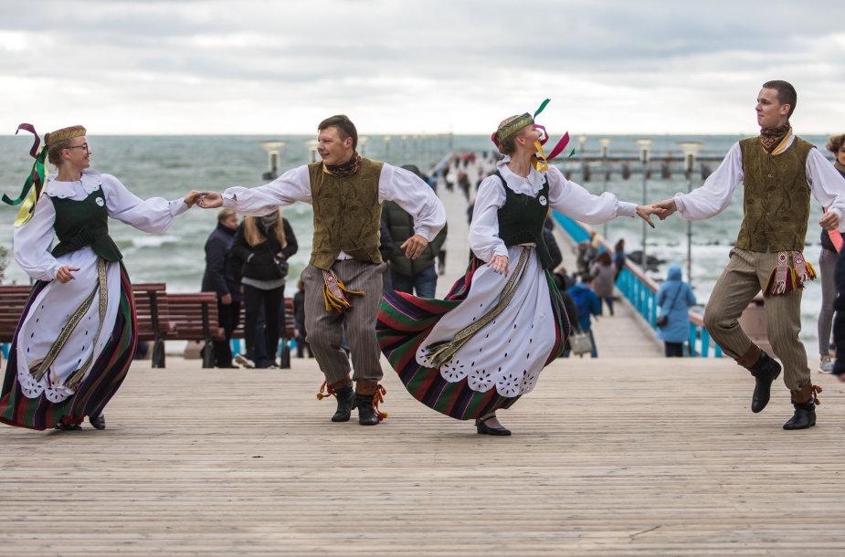 """Palangoje visą šeštadienį svečių akis džiugins liaudiškų šokių festivalis """"Palangos miestely"""""""