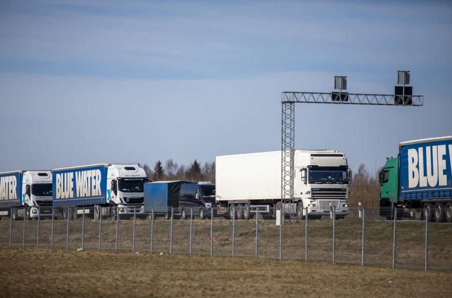 Sunkvežimiai prie Medininkų pasienio posto laukia leidimo įvažiuoti į Baltarusiją
