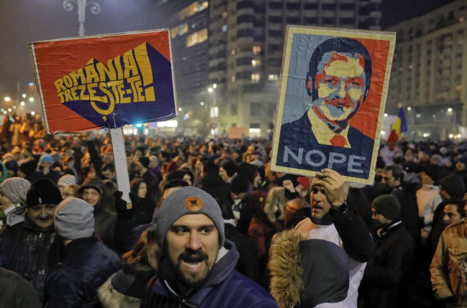 Protestuotojas laiko plakatą su Liviu Dragnea nuotrauka