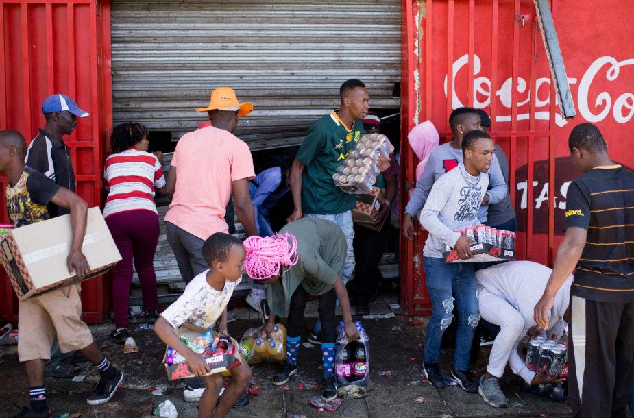 Riaušininkai Johanesburge plėšia parduotuves.