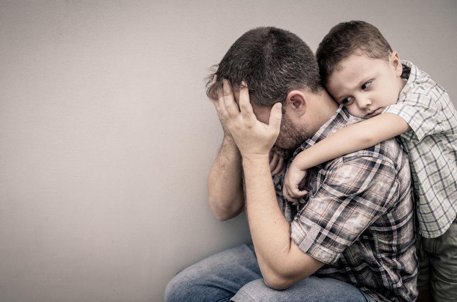 Liūdnas vyras su vaiku
