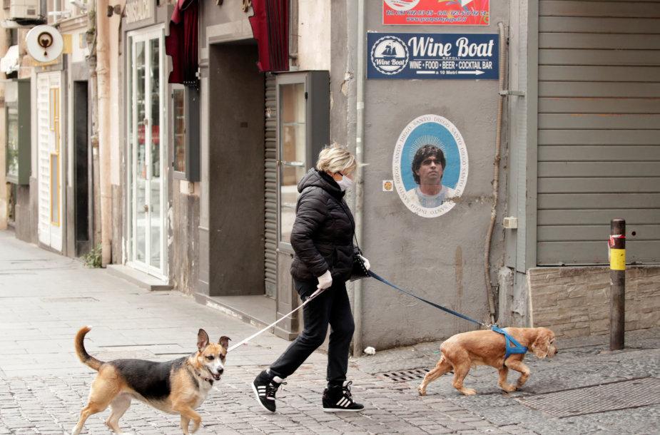 Italė vedžioja šunis Napolyje