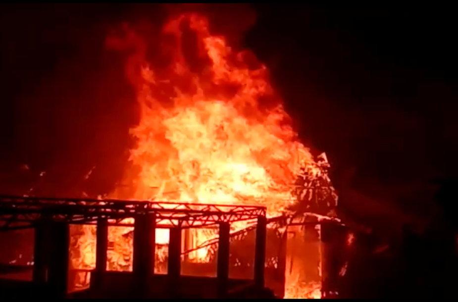 Bangladešo rohinjų stovykloje kilęs gaisras sunaikino 500 lūšnų