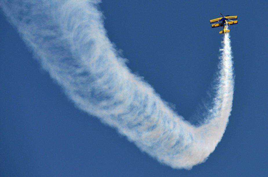 Oro akrobatų  pasirodymas Indijoje