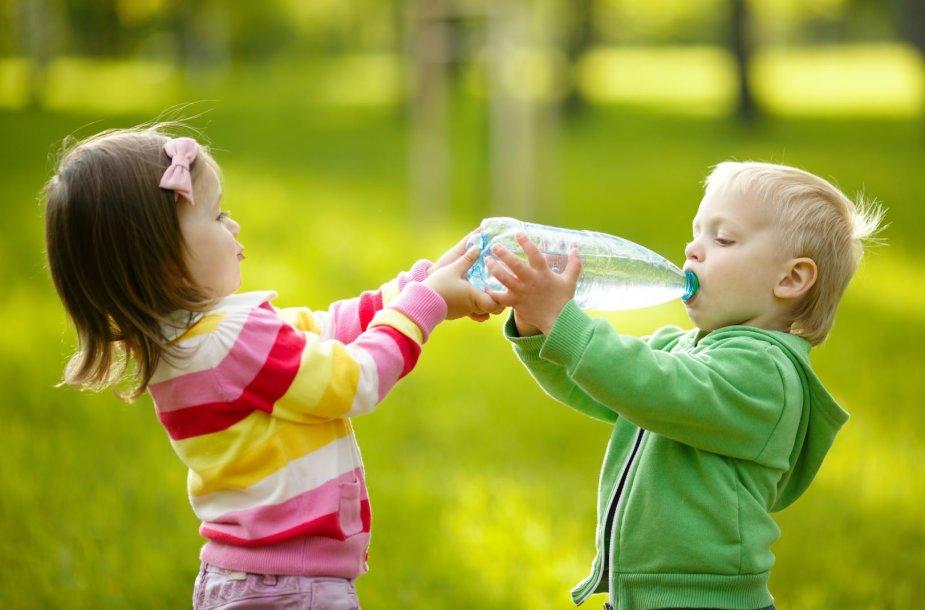 Vaikai geria mineralinį vandenį