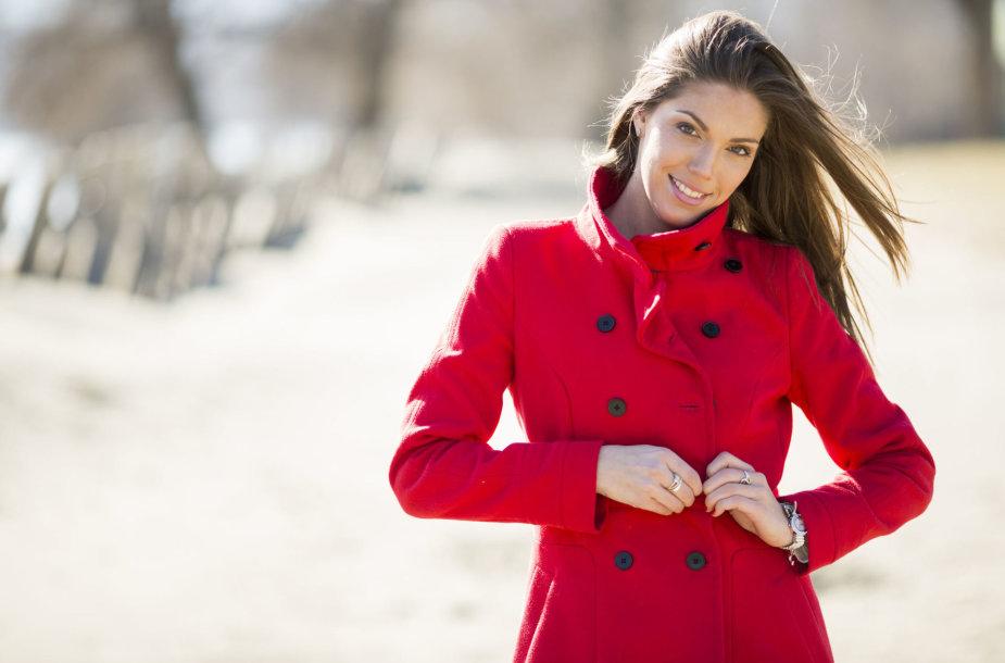 Moteris raudonu paltu