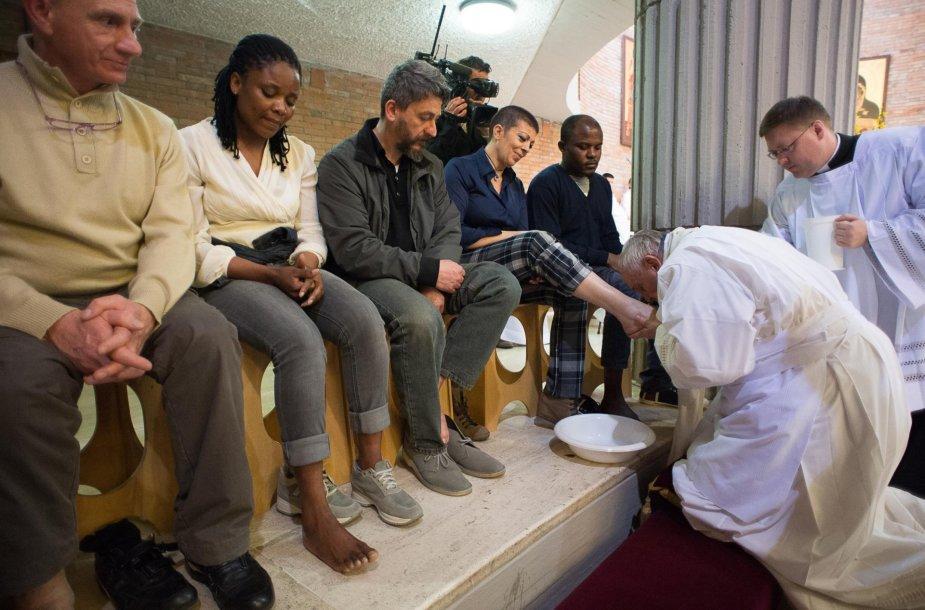 Popiežius Pranciškus kojų plovimo ceremonijoje
