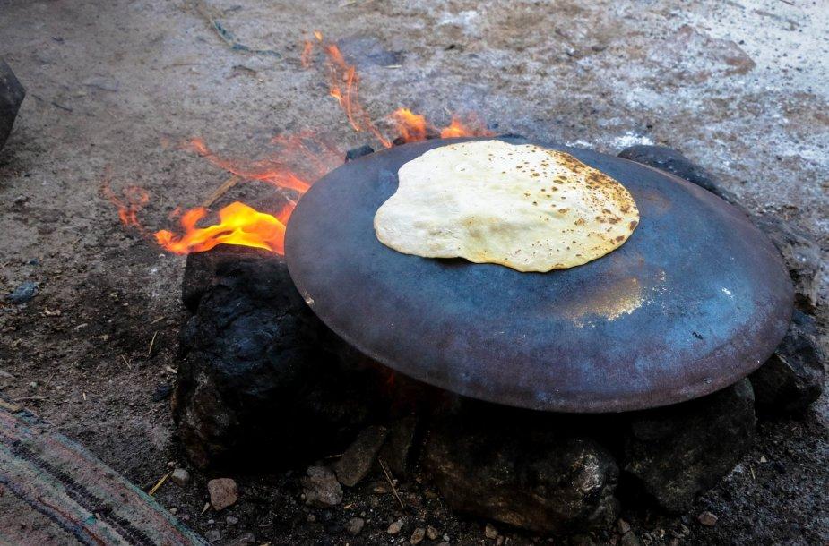 Pitos duona kepama ant laužo dykumoje
