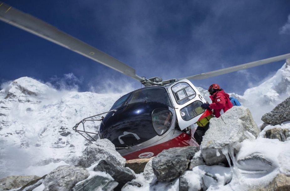 Balandžio 27 diena. Gelbėtojai Nepale ieško išgyvenusiųjų po sniego lavinos griūties
