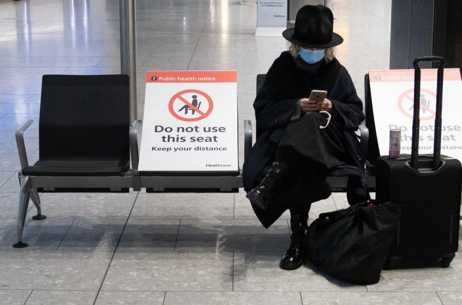 Dėl plintančios COVID-19 atmainos šalys sustabdė susisiekimą su JK