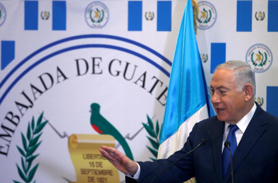 Benjaminas Netanyahu prie Gvatemalos ambasados Jeruzalėje